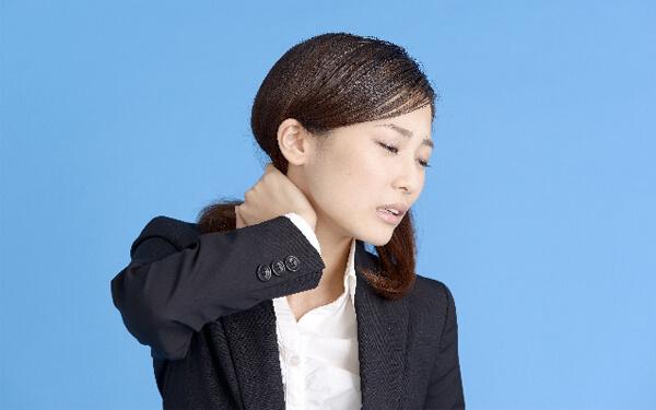 久留米で肩こりに悩む女性
