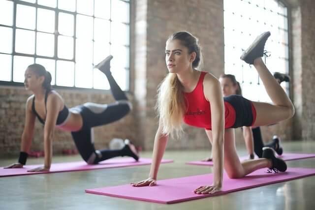 夏バテ予防の運動する女性